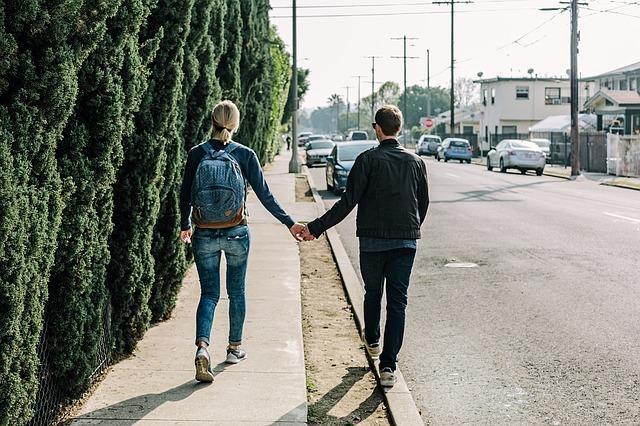mladý pár na odchodu